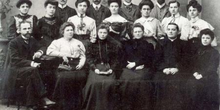 Pierwsza rada pedagogiczna pensji Heleny Trzcińskiej 1906-1907 r.; źródło: dawnypiotrkow.pl